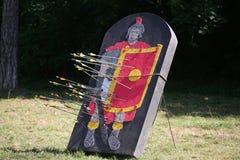 Pilar och målet som en legionär på en historisk stridighet visar Royaltyfri Bild