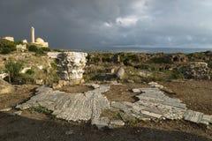 Pilar y calle antigua en luz del sol durante tormenta en ruinas con el cloudscape dramático en el neumático, amargo, Líbano Foto de archivo libre de regalías