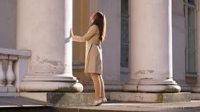 Pilares antiguos grandes de la mano del tacto de la mujer del edificio histórico viejo almacen de metraje de vídeo