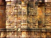 Pilares complejo tallados del templo antiguo de Sun en la India imagenes de archivo