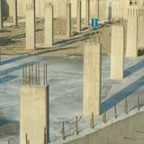 Pilares concretos para el estacionamiento subterráneo Fotos de archivo libres de regalías