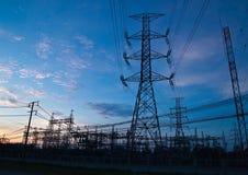Pilares de alto voltaje de la electricidad Imagenes de archivo