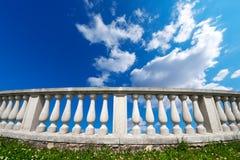 Pilares de la barandilla en un cielo nublado Imágenes de archivo libres de regalías