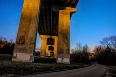 Pilares de la carretera en la puesta del sol imagenes de archivo