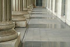 Pilares de la ley y de la orden fuera de la corte Imagenes de archivo
