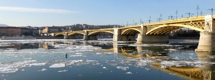 Pilares de Margaret Bridge, Budapest en el Danubio helado Fotos de archivo