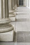 Pilares de piedra fuera del edificio de la ley del parlamento Imagen de archivo libre de regalías