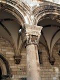 Pilares de piedra góticos en Dubrovnik Imagenes de archivo