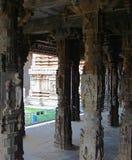 Pilares de piedra tallados en el templo hindú - arquitectura de Dravidian Imagen de archivo