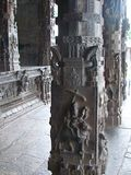 Pilares de piedra tallados en el templo hindú - arquitectura de Dravidian Fotografía de archivo
