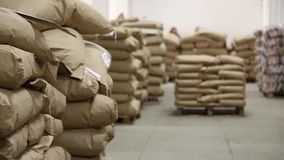 Pilares de sacos de papel no armazém da fábrica video estoque