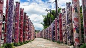 Pilares decorativos que llevan en el bosque del kimono fuera de la estación de la tranvía de Arashiyama fotos de archivo libres de regalías