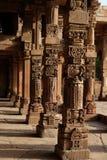 Pilares en el complejo de Qutub Minar, Delhi, la India imagen de archivo libre de regalías