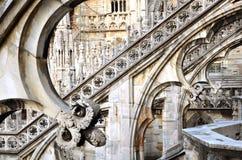 Pilares en el tejado Milano del Duomo imágenes de archivo libres de regalías