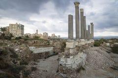 Pilares en las ruinas con el cloudscape dramático con la mezquita en el neumático, amargo, Líbano Fotografía de archivo