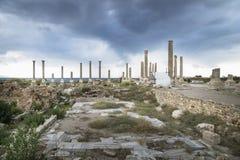 Pilares en las ruinas con el cloudscape dramático en el neumático, amargo, Líbano Imagen de archivo libre de regalías