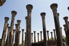 Pilares en Medirigiriya Foto de archivo