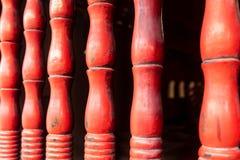 Pilares esculpidos de madera rojos en el templo de la literatura Quoc Tu Giam, Hanoi, Vietnam fotos de archivo libres de regalías