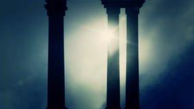Pilares griegos en un fondo de niebla del día almacen de metraje de vídeo