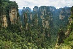 Pilares impresionantes de la piedra arenisca en el área de Yuangjiajie Foto de archivo