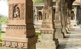 pilares maravillosamente tallados del indore de los chhatris del krishnapura, la India Imagen de archivo