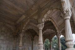 Pilares maravillosamente tallados en fuerte rojo en Nueva Deli, Foto de archivo