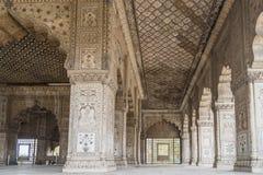 Pilares maravillosamente tallados en fuerte rojo en Nueva Deli, la India Fue construido en 1639 Foto de archivo libre de regalías