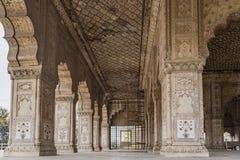 Pilares maravillosamente tallados en fuerte rojo en Nueva Deli, la India Fue construido en 1639 Fotografía de archivo libre de regalías