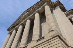 Pilares o columnas de un edificio foto de archivo