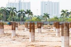 Pilares y columnas de la fundación del emplazamiento de la obra fotografía de archivo