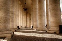 Pilars antes de los Dom de StPeters en el Vaticano Fotografía de archivo