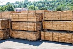 Pilas apiladas de producto de la madera Fotografía de archivo
