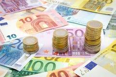 Pilas cada vez mayores de monedas euro Fotos de archivo libres de regalías