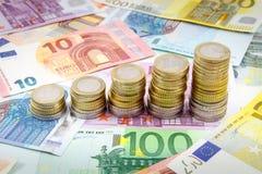 Pilas cada vez mayores de monedas euro Imagen de archivo libre de regalías