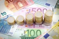 Pilas cada vez mayores de monedas euro Fotografía de archivo libre de regalías