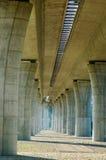 Pilas concretas bajo el puente de la carretera Imagenes de archivo