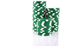 pilas de 3 porciones de virutas verdes del casino Imágenes de archivo libres de regalías