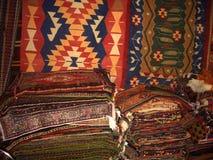 Pilas de alfombras y de kilims para la venta en la tienda, Turquía Fotografía de archivo