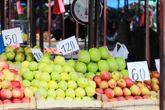 Pilas de Apple en parada del mercado imagenes de archivo