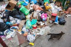 Pilas de basura en el centro de Salónica - Grecia Foto de archivo