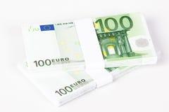 Pilas de 100 billetes de banco euro Fotos de archivo libres de regalías
