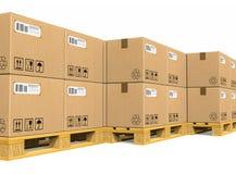 Pilas de cajas de cartón en las paletas del envío Foto de archivo libre de regalías