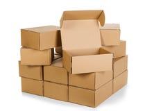 Pilas de cajas de cartón en un fondo blanco Fotografía de archivo libre de regalías