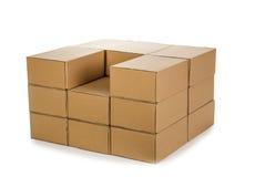 Pilas de cajas de cartón en un fondo blanco Fotografía de archivo