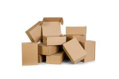 Pilas de cajas de cartón en un fondo blanco Foto de archivo