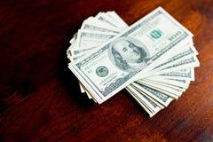 Pilas de cientos dólares de billetes de banco Fotos de archivo