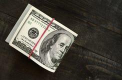 Pilas de cientos dólares de billetes de banco Imágenes de archivo libres de regalías