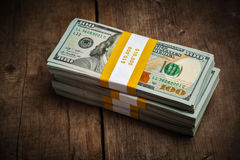 Pilas de 100 dólares de paquetes de los billetes de banco Fotografía de archivo libre de regalías