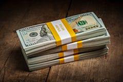 Pilas de 100 dólares de paquetes de los billetes de banco Imágenes de archivo libres de regalías