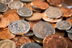 Pilas de dinero suelto británico foto de archivo